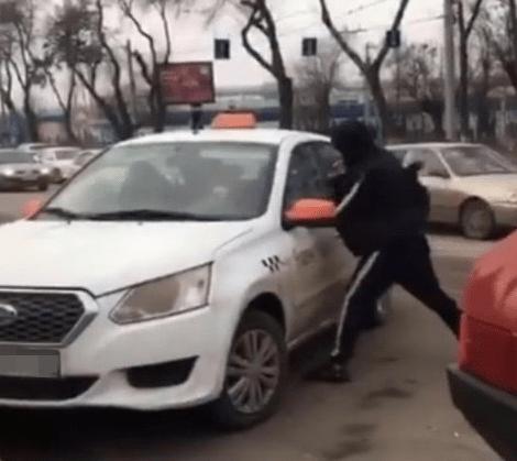 Таксист разбил машину конкуренту в центре Ростова