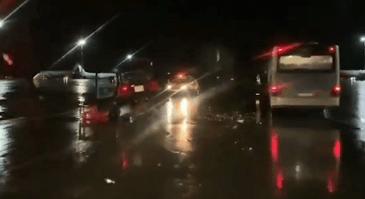 Пассажирский автобус и трактор технической службы столкнулись на лётном поле в Москве