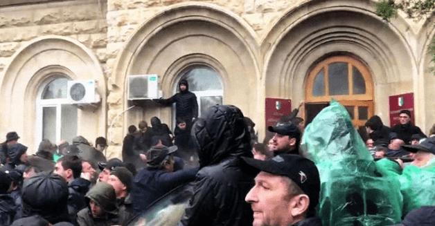 В Абхазии сторонники оппозиции попытались взять штурмом здание администрации президента