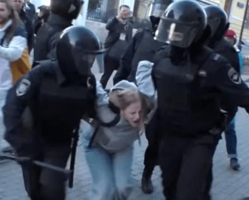 Басманный суд отклонил жалобу Дарьи Сосновской, которую полицейский избил при задержании