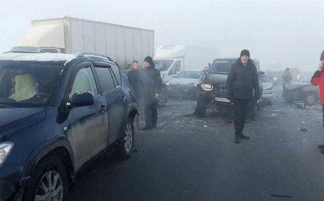 Сильный туман и гололед привели к массовому ДТП под Краснодаром, 2 человека погибли