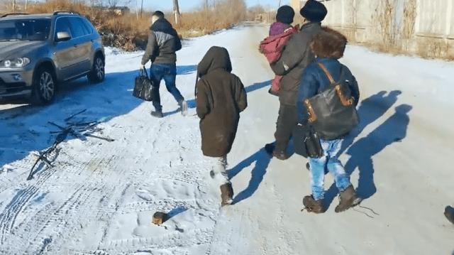 Бездомная семья с детьми жила в трущобах и готовила еду на костре в Чите