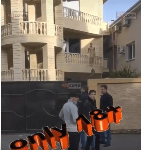Ходивший по балкону голый мужчина шокировал жителей Сочи