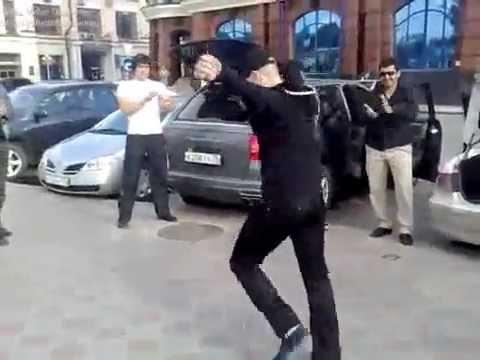 Танцевавшие лезгинку на проезжей части парни задержаны полицией в Дербенте