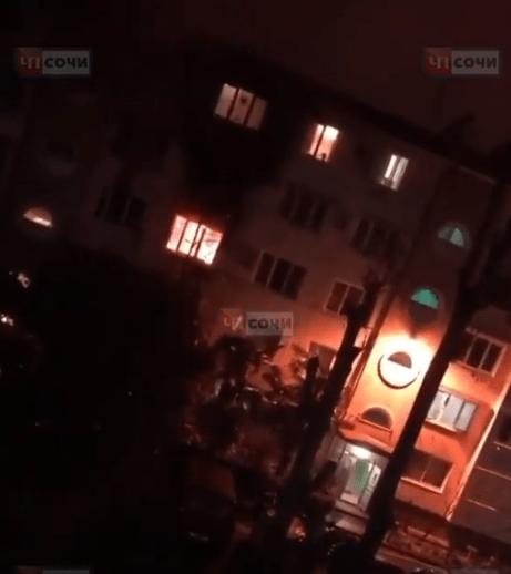 Из-за замкнувшей елочной гирлянды сгорела квартира в центре Сочи