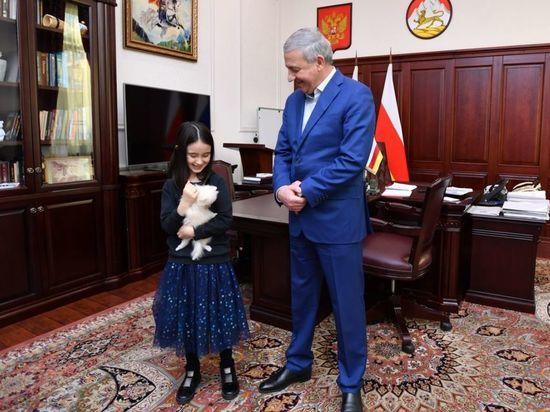 Породистого щенка подарил многодетной семье глава Северной Осетии