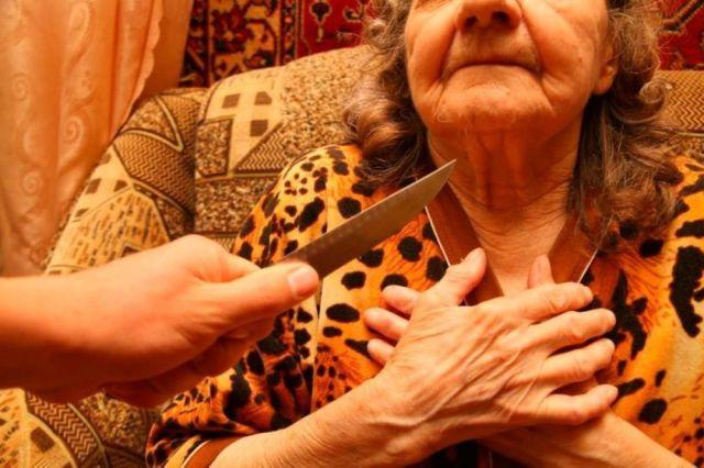 Безработный мужчина снял скальп с матери, пенсионерка умерла