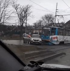 Водитель на иномарке подрезал трамвай в Пятигорске