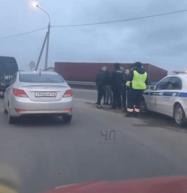 Попрошайки забрасывают камнями машины на трассе вблизи Краснодара