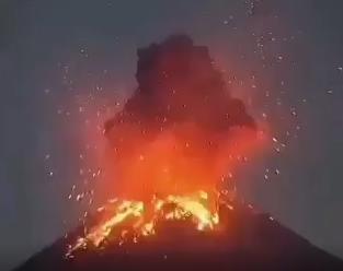 Неожиданно проснулся индонезийский вулкан Анак-Кракатау