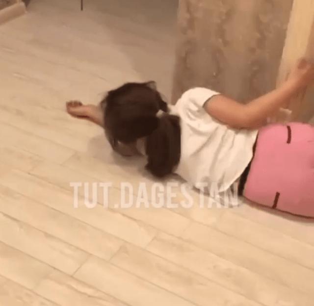 «Хочу в школу!» - находящая на самоизоляции девочка закатила истерику в Дагестане
