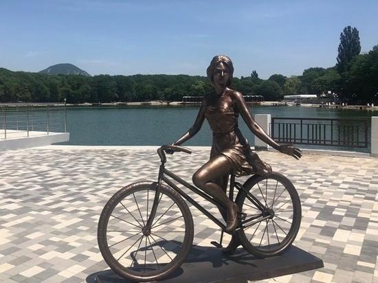 Памятник велосипеду установили на курортном озере Железноводска