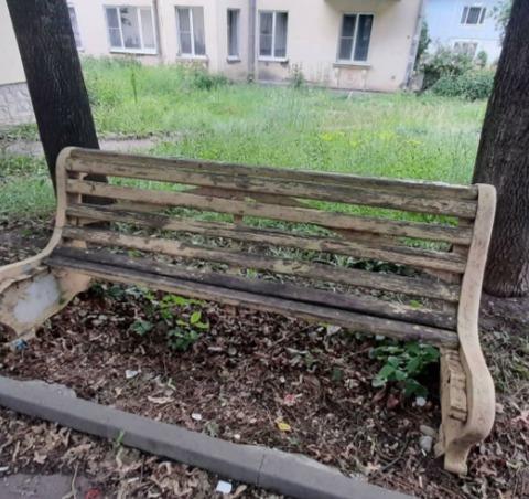 Гнилые скамейки вызвали недовольство жителей Лермонтова