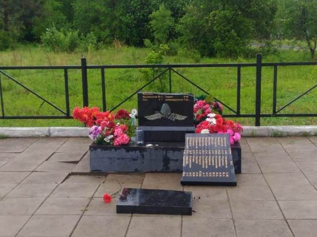 Психически нездоровый мужчина разгромил памятник участникам ВОВ