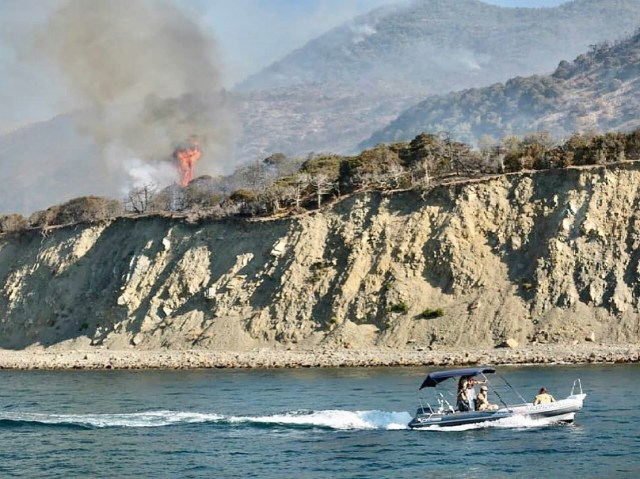 Туристов массово эвакуируют из – за крупного пожара под Анапой