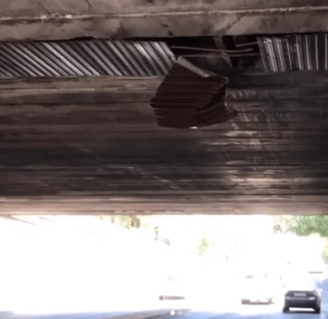 Лист железа может упасть на проезжающие под мостом автомобили в Пятигорске