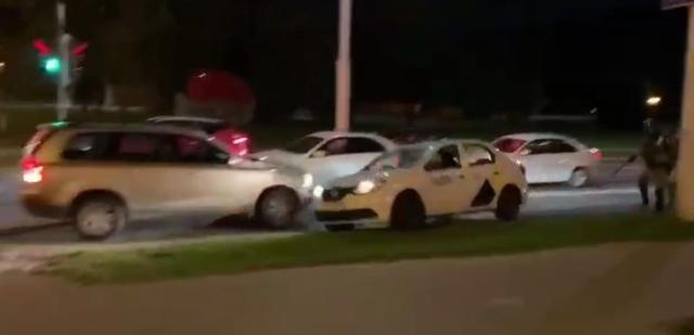 В Минске таксист спас протестующего парня от погони с силовиками