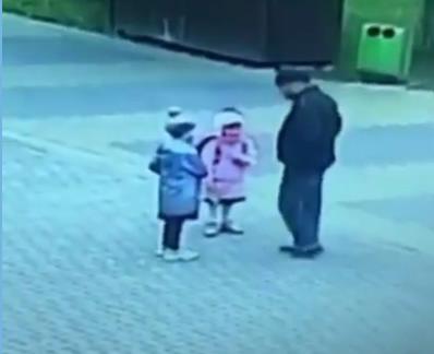 Мужчина около школы поцеловал в губы маленькую девочку