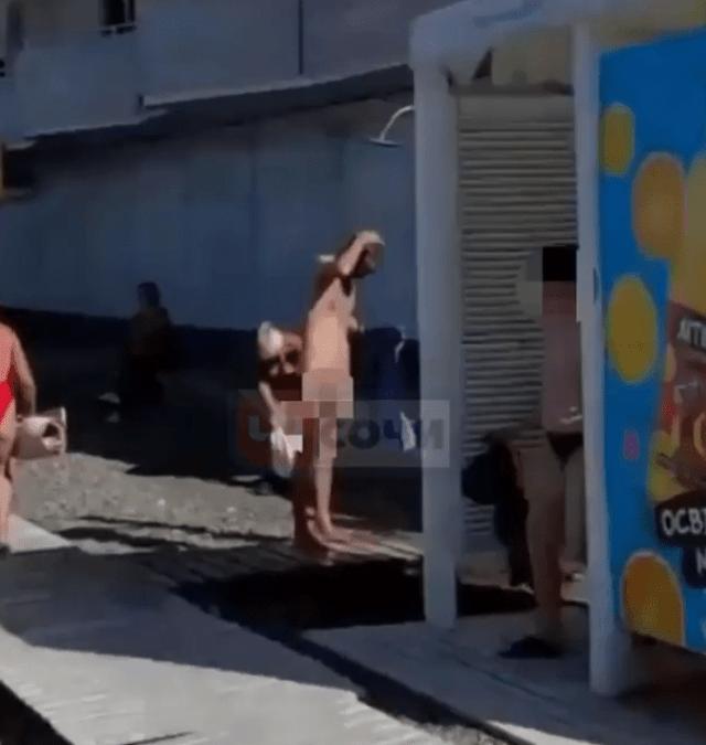 Голышом решил принять душ турист на пляже в Сочи