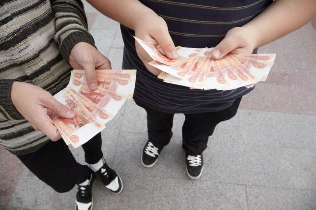 Ради хайпа выбросила с балкона 30 тысяч рублей школьница в Хакасии