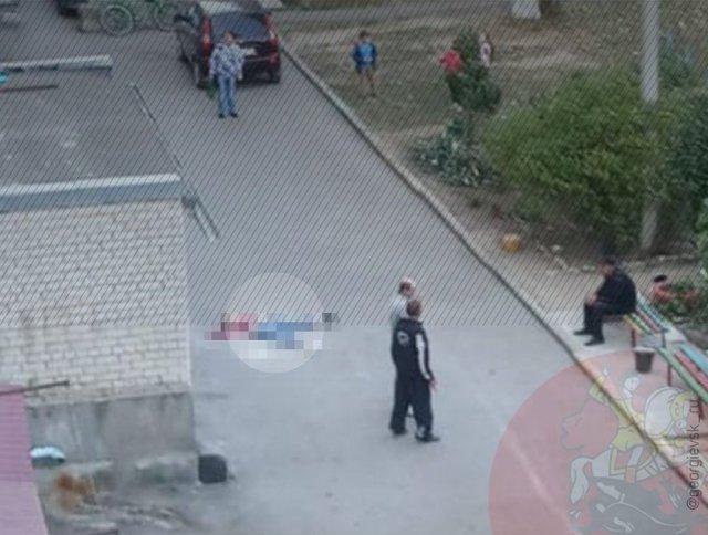 Из окна многоэтажки выпала женщина в Георгиевске