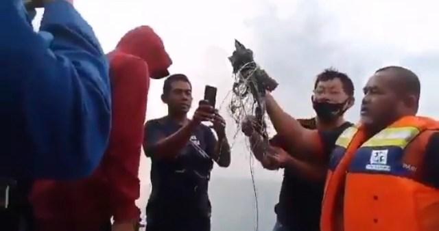 Пассажирский Boeing упал в воду в Индонезии
