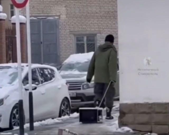 Микроволновку волочил по улице житель Ставрополя