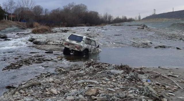 """В Ессентуках спасатели вытащили """"Ниву"""" из реки Подкумок"""