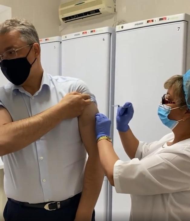 Глава Ставрополья сделал повторную прививку от ковида
