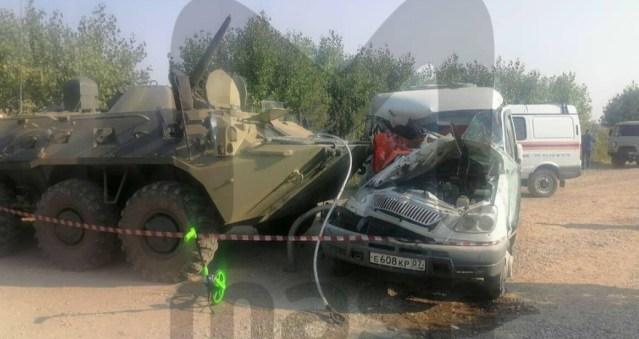Двое погибли при столкновении маршрутки с БТР на Ставрополье