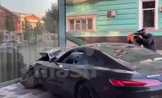 В Москве спорткар Mercedes AMG GT врезался в легковушку