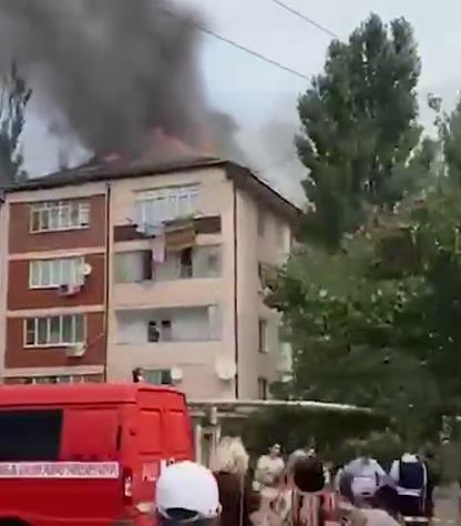 В Махачкале загорелась крыша многоквартирного дома