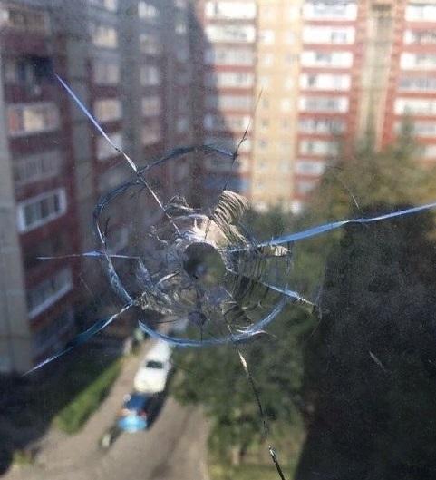 В окно ставропольской квартиры попала пуля