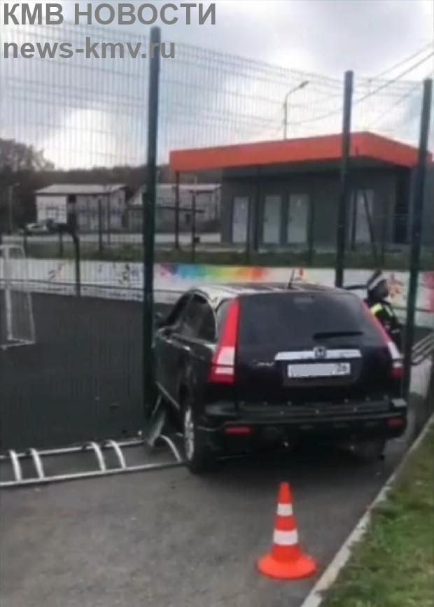 Внедорожник влетел в спортивную площадку в Иноземцево