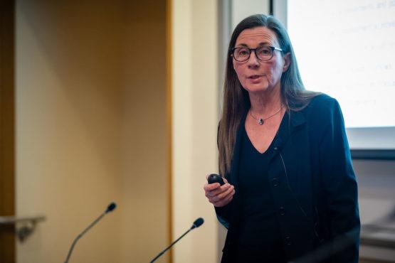 Patricia Buchat hablando al senado