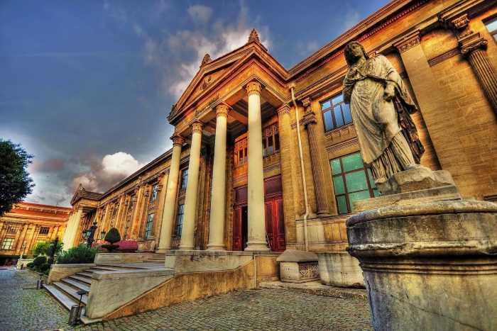 Музеи Стамбула недосчитались более половины туристов