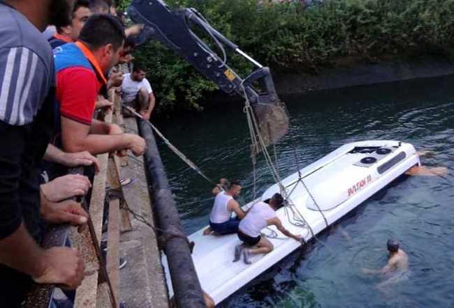 Автобус со школьниками упал в канал: 14 погибших