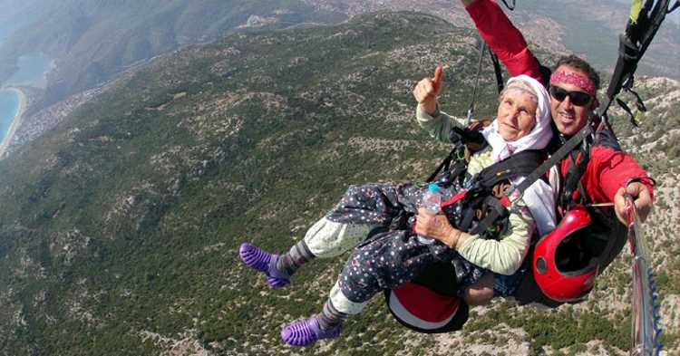 Внук прокатил 87-летнюю бабушку на парашюте