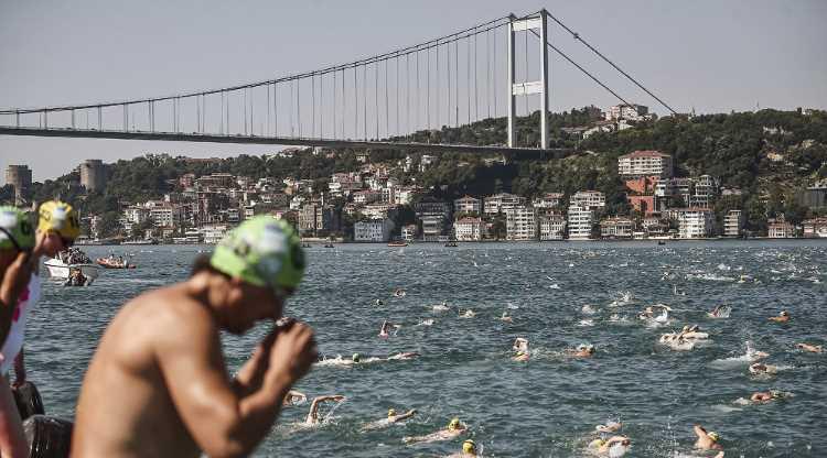 Россияне стали лучшими в заплыве через Босфор