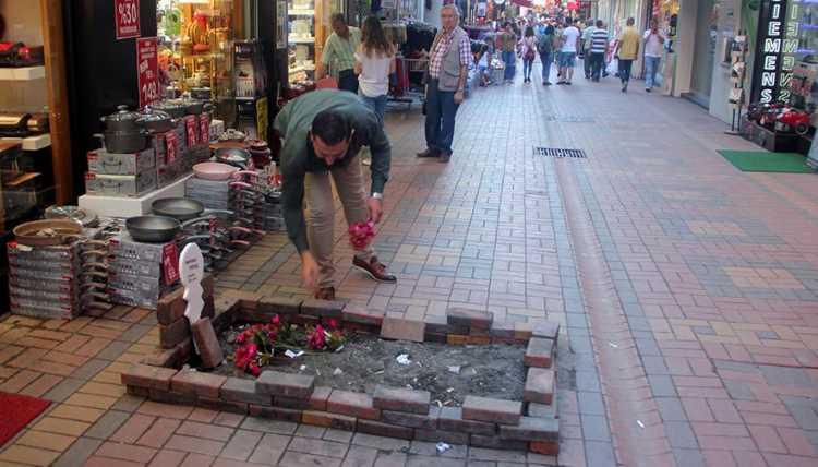 Владелец магазина «похоронил» работу муниципальной службы