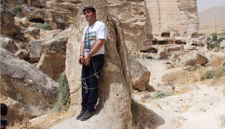 Депутат приковал себя цепью к скале в знак протеста