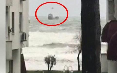 Спасатели снимают российских моряков с дрейфующего судна