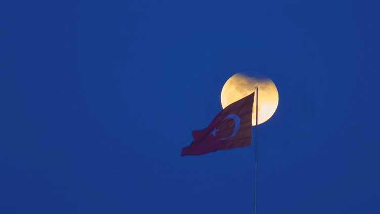 «Кровавое голубое суперлуние» в небе над Турцией