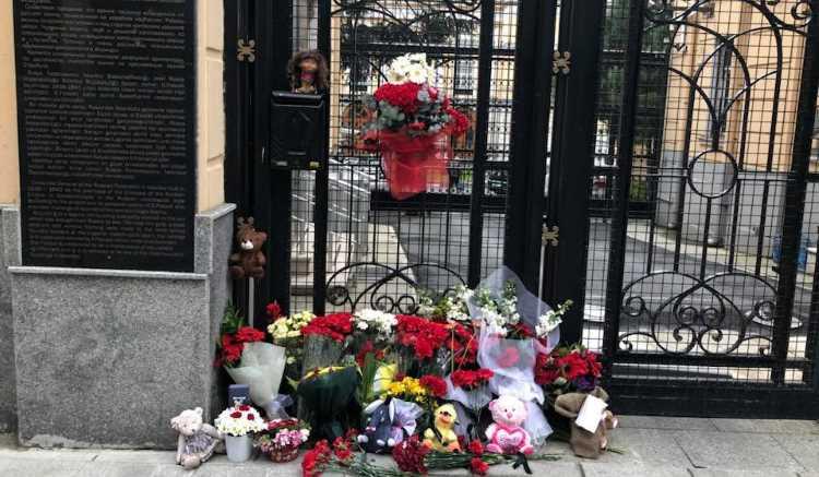 К российским дипмиссиям в Турции несут цветы и игрушки