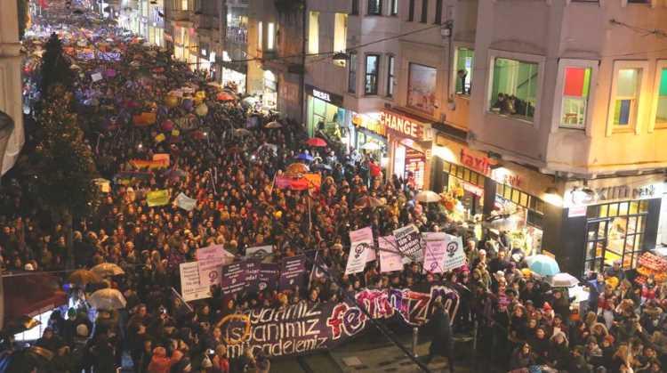 Тысячи женщин прошлись по Истиклялю 8 марта