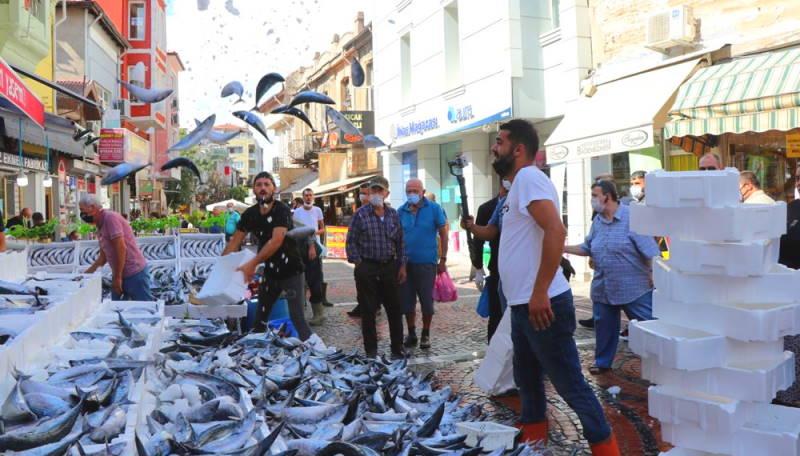 Рыбные рынки наполнены дешевой пеламидой