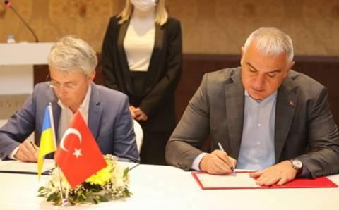Министры Украины и Турции подписали меморандум по туризму