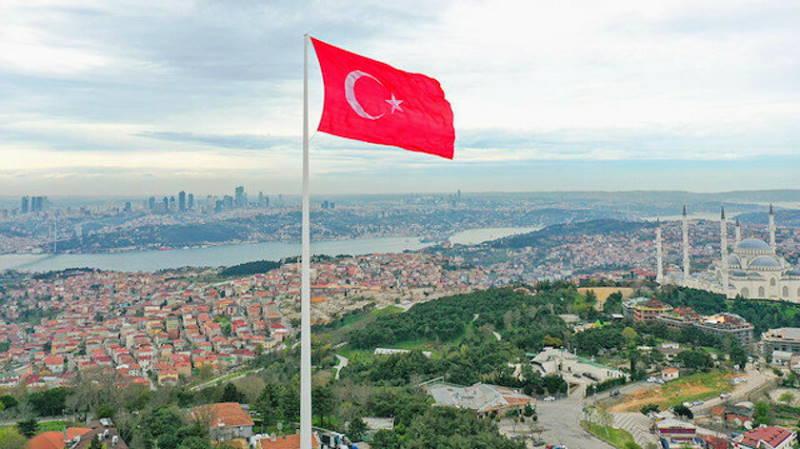 Самый большой флаг Турции поднят над Стамбулом