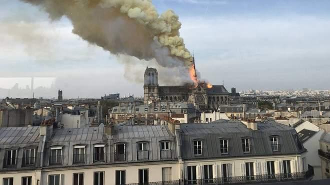 Пожар в Париже, Нотр-Дам - горит собор Парижской ...