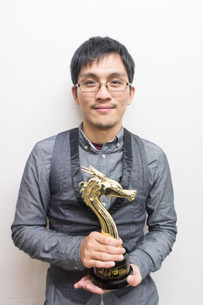 漫畫家彭傑與金龍獎獎盃